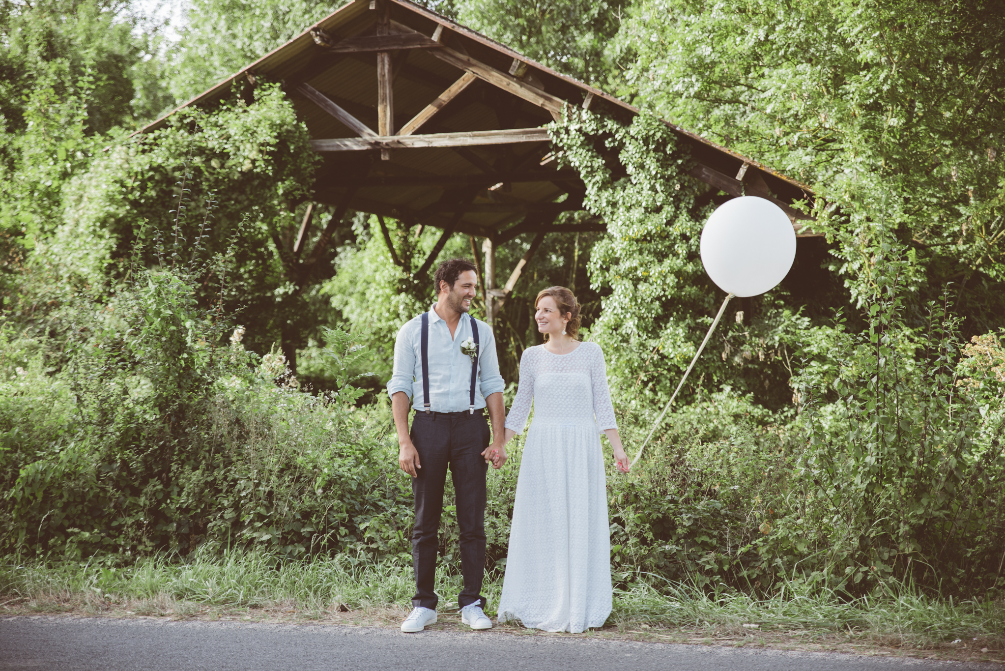 photo couple ballon géant mariage eco responsable nature champetre vintage wedding planner artis evenement